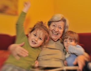 Grossmutter mit zwei lachenden Enkelkindern