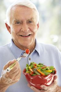 Wer sich im Alter gut mit Vitaminen und Mineralstoffen versorgt, kann nach Ansicht der Wissenschaftler von der Gesellschaft für Biofaktoren auf diese Weise seine körperliche und geistige Fitness ankurbeln.