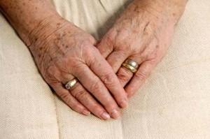 Frauenhände mit Altersflecken © zamphotography - Fotolia.com