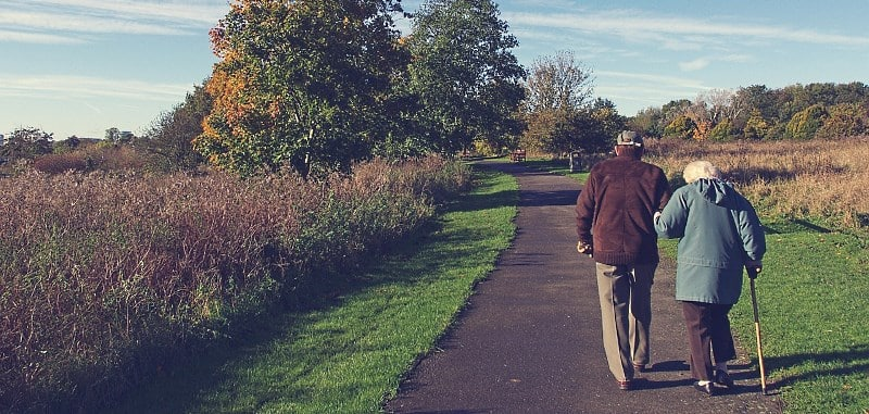 Senioren gehen gemeinsam spazieren im Park
