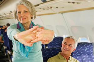 Senioren im Flugzeug auf Reisen