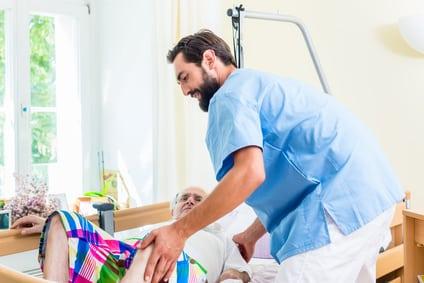 Spanischer Altenpfleger hilft zu Hause