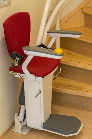 Treppenlift auf Holztreppe