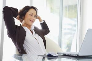 Entspannte Frau vor Notebook