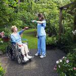 Senioren legen großen Wert auf ein würdiges und selbstbestimmtes Altern. Foto: djd / Münchener Verein / B.Lark