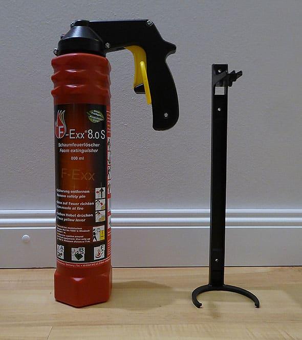 Kleiner handlicher Feuerlöscher mit Wandhalterung